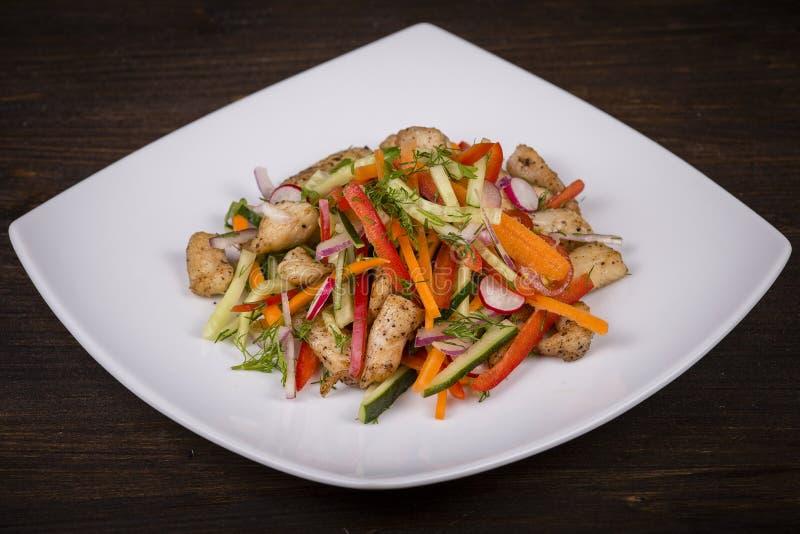 Download Салат свежего овоща с мясом цыпленка в белой плите Стоковое Изображение - изображение насчитывающей аппетитные, лук: 81809471