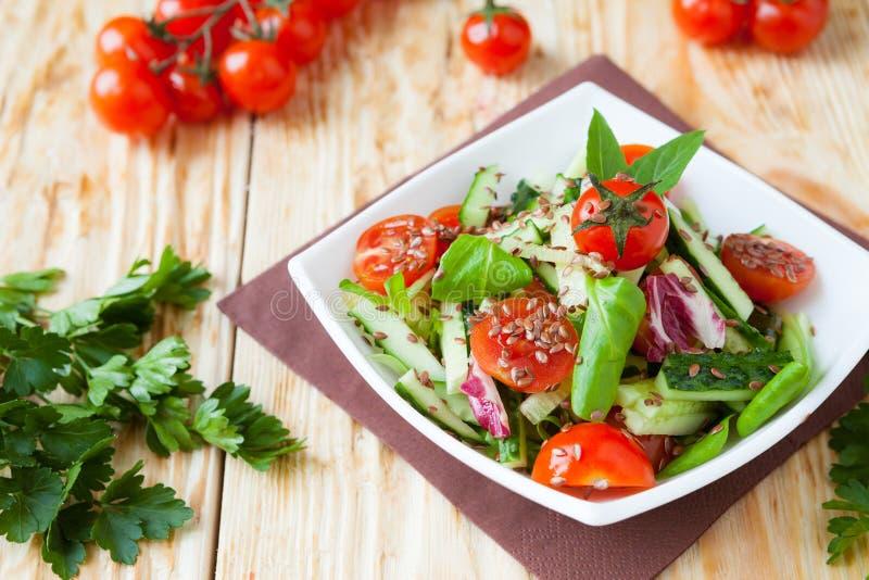 Салат свежего овоща с огурцом и томатами стоковые изображения