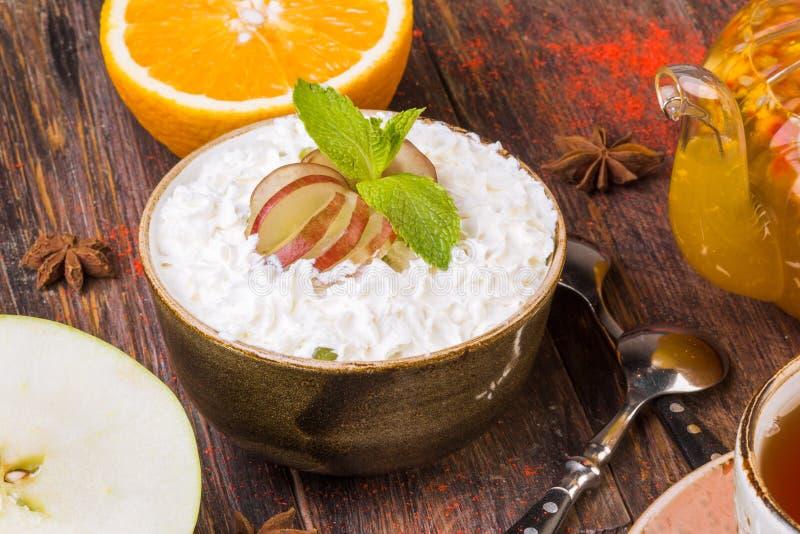 Салат свежих фруктов, сливк в шаре и плодоовощ стоковое изображение
