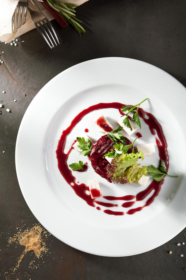 Салат свеклы с козий сыром стоковое изображение rf