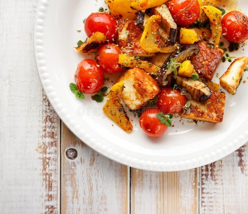 Салат с зажаренными сыром и овощем halloumi стоковая фотография rf