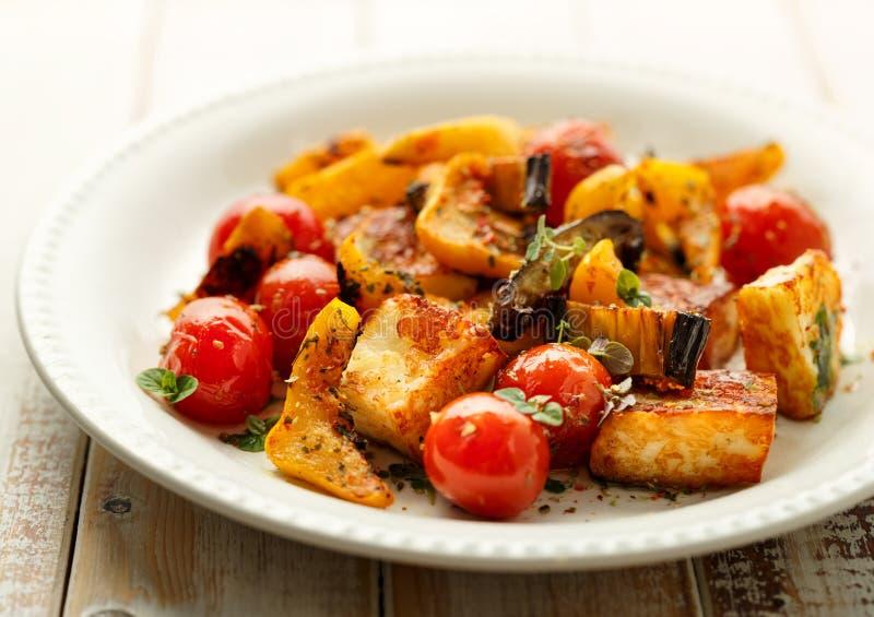 Салат с зажаренными сыром и овощем halloumi стоковая фотография