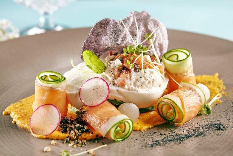 Салат с копчеными семгами и сыром Burrata стоковая фотография