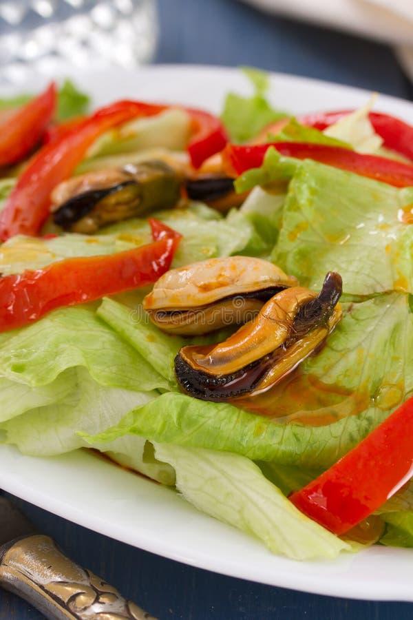 Салат с морепродуктами на блюде стоковые изображения rf