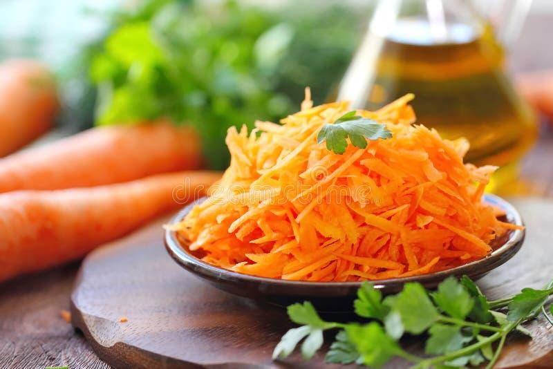 Салат с морковью и зелеными цветами стоковые фотографии rf
