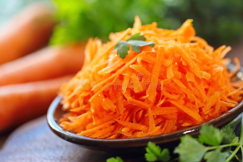 Салат с морковью и зелеными цветами стоковая фотография rf