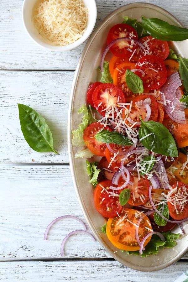 Салат с свежими томатами стоковые фотографии rf