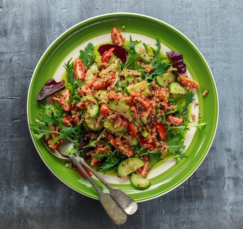 Салат с томатами, лук tabbouleh квиноа огурца зеленый Еда концепции здоровая стоковое изображение