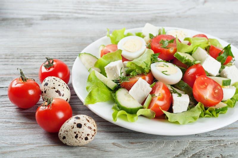 Салат с яичками триперсток и томатом вишни стоковая фотография rf