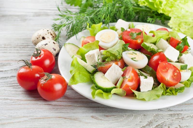Салат с яичками триперсток и томатом вишни стоковое изображение rf