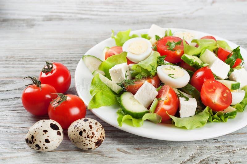 Салат с яичками триперсток и томатом вишни стоковое изображение