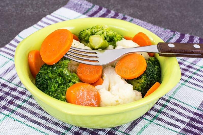 Салат с vegetable смешиванием, лук-пореями и редиской стоковое фото