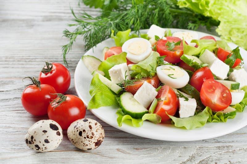 Салат, томаты и яичка стоковые изображения
