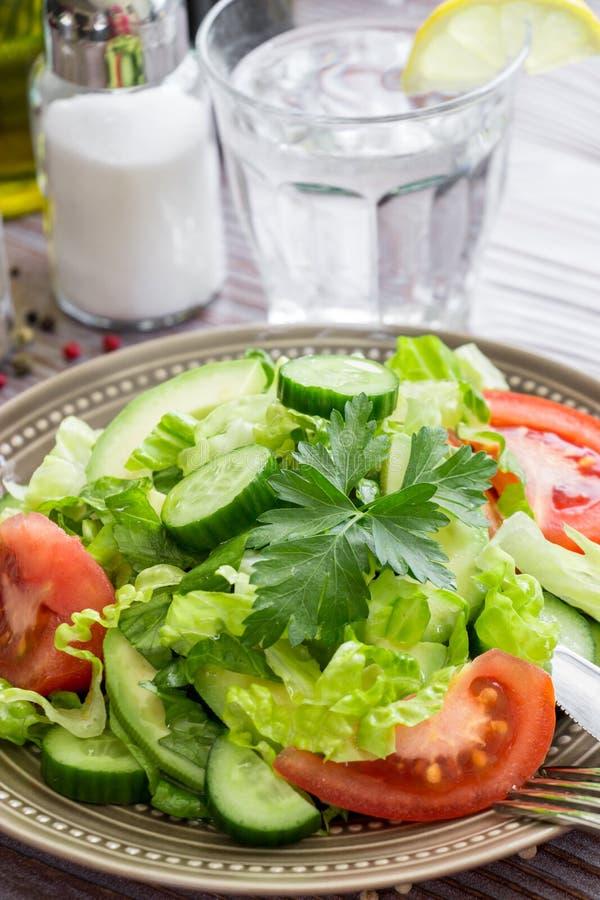 Салат, томат, огурец, салат авокадоа для обеда стоковое изображение