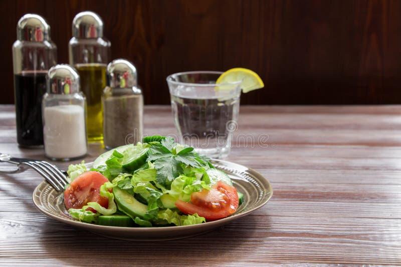 Салат, томат, огурец, салат авокадоа для обеда стоковое фото rf