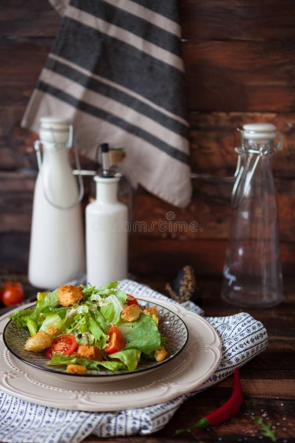 Салат цезаря с гренками, яичками триперсток, томатами вишни и gril стоковые фото