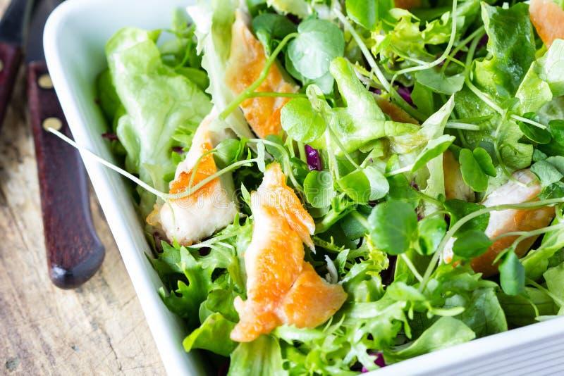 Салат цезаря с цыпленком и салатом в белом шаре стоковые фото