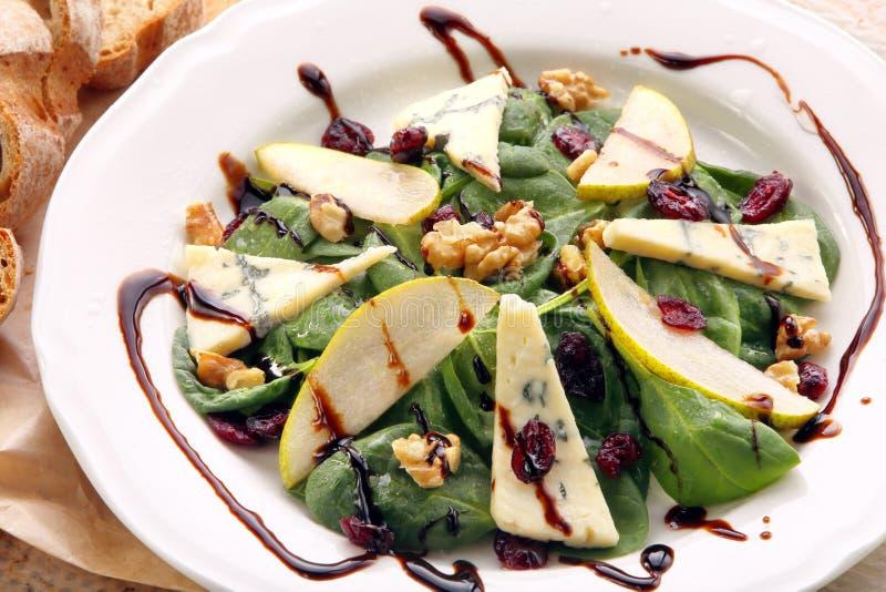 Салат шпината с грушей, грецкими орехами и голубым сыром стоковые изображения