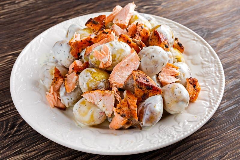 Салат Salmon и молодой картошки теплый с lemony шлихтой югурта стоковая фотография rf