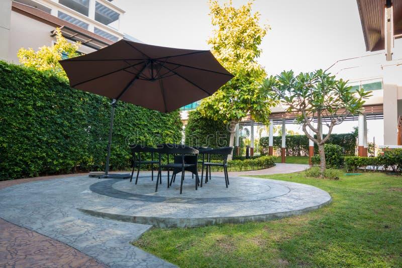 Сад в лете с мебелью стоковое изображение rf