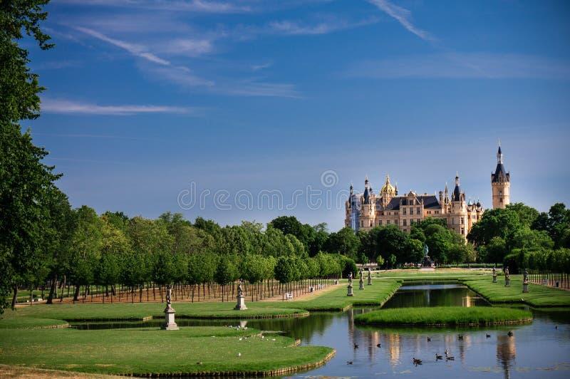 Сад замка Шверина на яркий солнечный день стоковая фотография