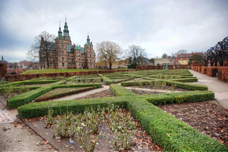 Сад и замок стоковые фото