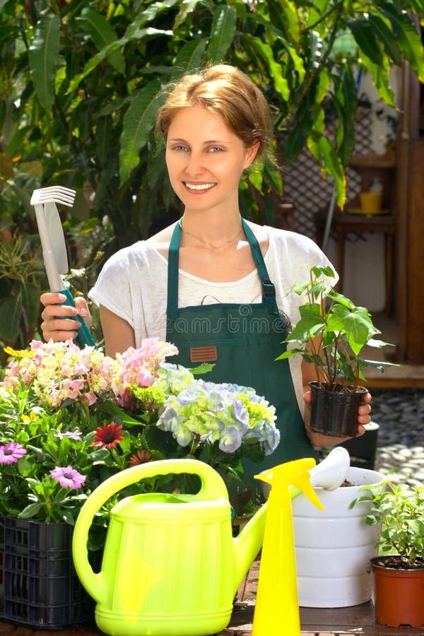 Садовничать молодой женщины стоковые фотографии rf