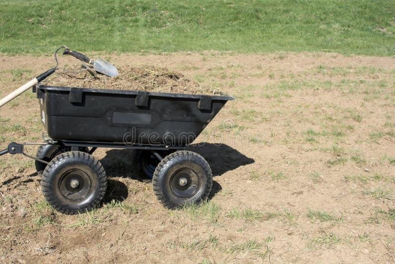 Садовничая инструменты на куче грязи и трав в тележке двора стоковые фотографии rf