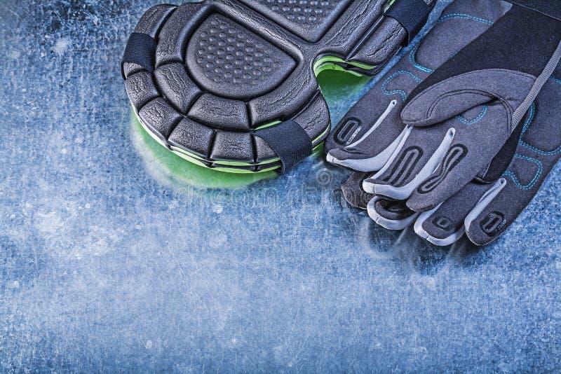 Садовничая протекторы колена перчаток безопасности на металлической предпосылке a стоковая фотография