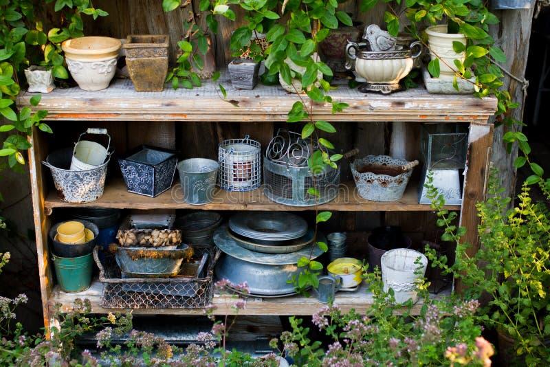 Садовые инструменты и цветочные горшки стоковое фото rf