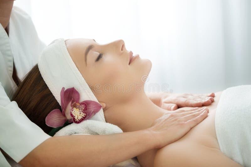 Салон курорта: Молодая красивая женщина имея лицевой массаж стоковое изображение rf