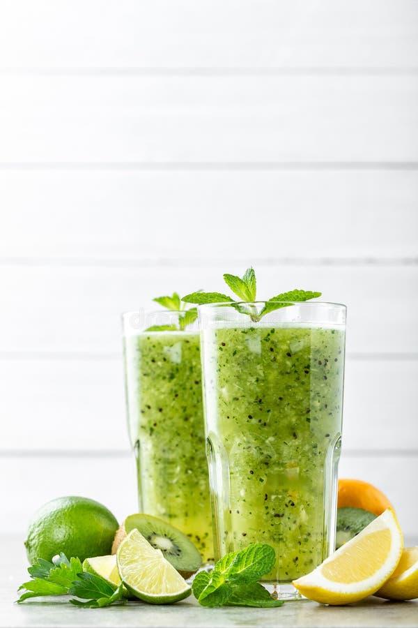 Сало горя зеленый коктеиль плодоовощ с кивиом, лимоном, мятой и петрушкой стоковое фото rf