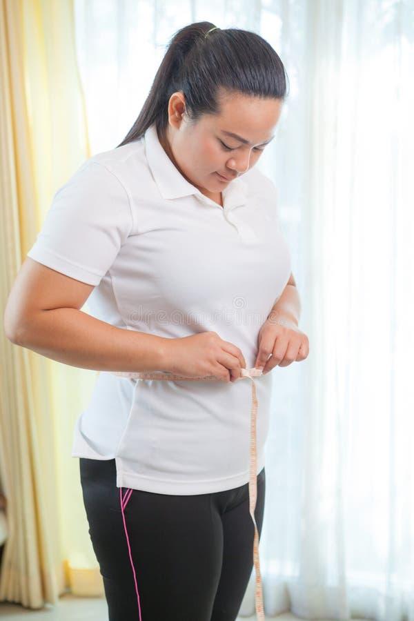 Download сало ее измеряя женщина живота Стоковое Изображение - изображение насчитывающей красивейшее, overweight: 40582951