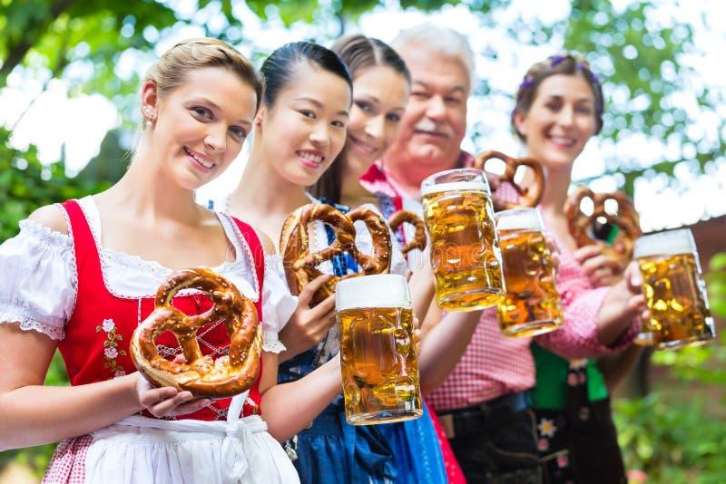 Download Сад пива - друзья выпивая в пабе Баварии Стоковое Изображение - изображение насчитывающей жуков, группа: 41662949
