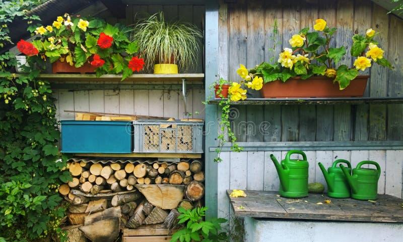 Сад полинянный с цветками и древесиной стоковое изображение