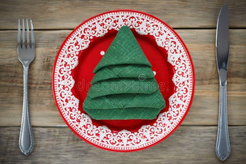 Салфетка сложенная в форме рождественской елки стоковые изображения