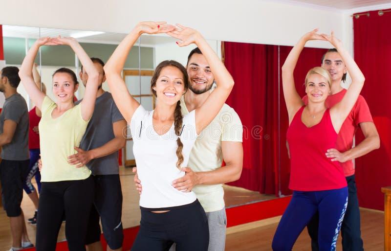 Сальса танцев группы людей в студии стоковые изображения rf
