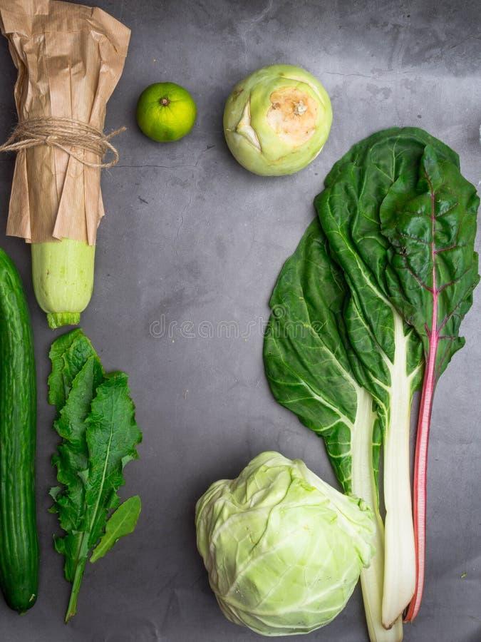 Сбалансированная еда диеты как Мангольд, листья одуванчика, кольраби, известка, белая капуста, огурец Вегетарианская зеленая пред стоковые изображения rf