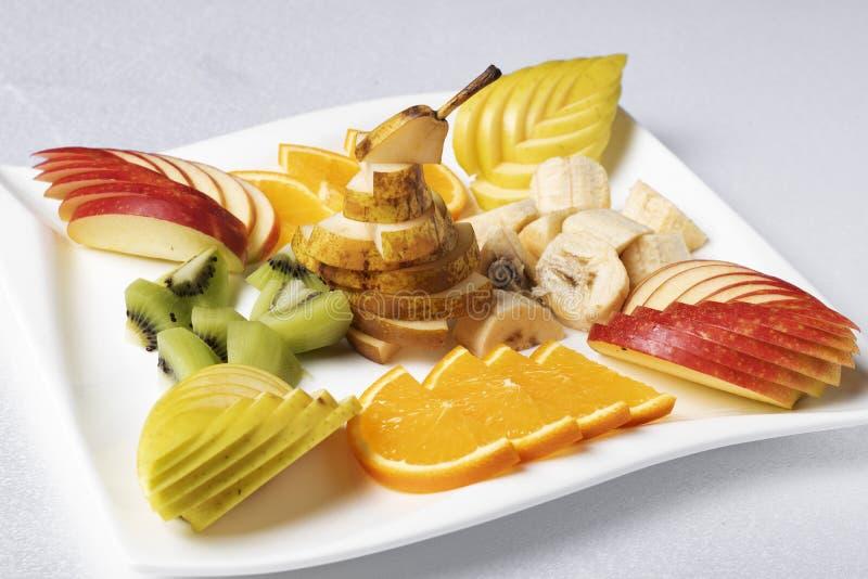 Сбалансированный экзотический фруктовый салат на плите, свойственном питании стоковые фотографии rf