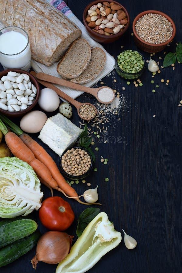 Сбалансированная диета, концепция варящ, dieting, кулинарный и еда Различные продтовары - весь хлеб зерна, хлопья, овощ, бобы, стоковое изображение