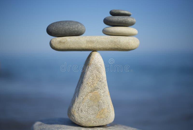 сбалансируйте камни Утяжелить профи - и - жулики Балансируя камни на верхней части валуна конец вверх стоковые фотографии rf
