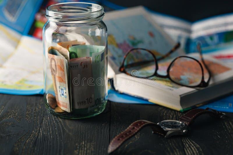 сбережения денег перемещения в стеклянном опарнике стоковые фотографии rf