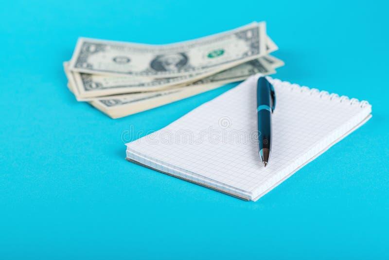 Сбережения концепции, финансы, экономика Один доллар банкнот изолированных на голубом backround стоковое фото rf