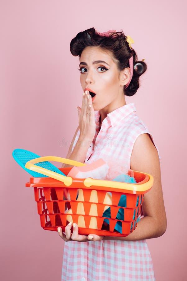 сбережения на приобретениях ретро женщина идет ходить по магазинам с полной тележкой удивленная девушка наслаждаясь онлайн покупк стоковое изображение