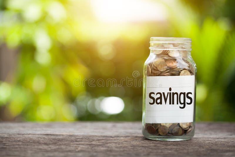 Сбережения формулируют с монеткой в стеклянном опарнике, концепции дела стоковая фотография rf
