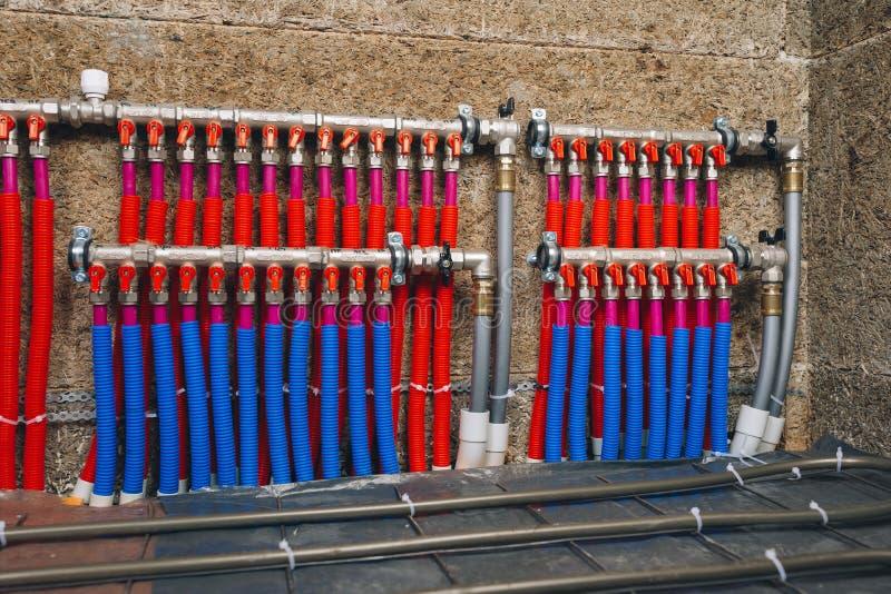 Сборник труб системы отопления под полом стоковые изображения