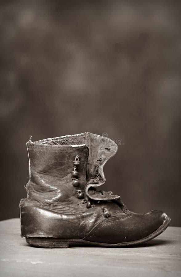 сбор винограда ботинка ребенка пионерский стоковое фото rf