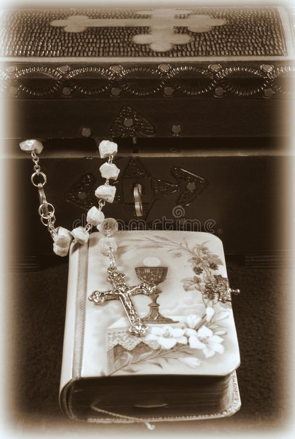 сбор винограда rosary молитве книги стоковые фото