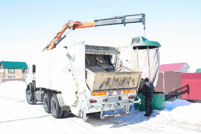 Сбор мусора от территорий двора манипулятором машины стоковые изображения rf