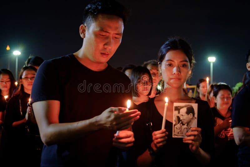 Сбор скорбящих людей вне грандиозного дворца для того чтобы оплатить уважения к последнему королю Bhumibol Adulyadej стоковое фото